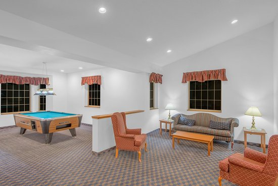 Super 8 Highland NY : Lobby and pool table available for your entertainment