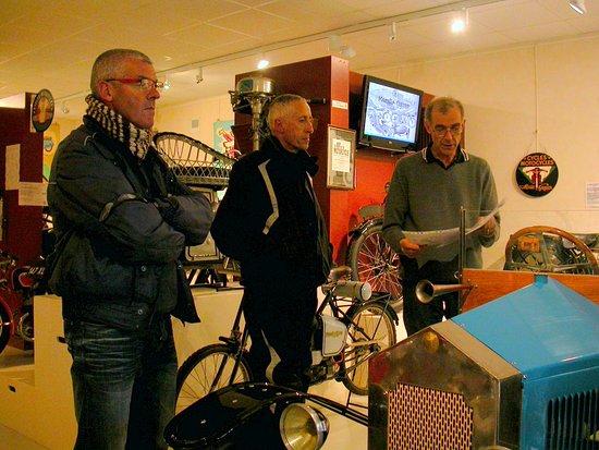 Musee Monet Et Goyon: Michel Gagnaire présente un modèle de voiturette de la Collection