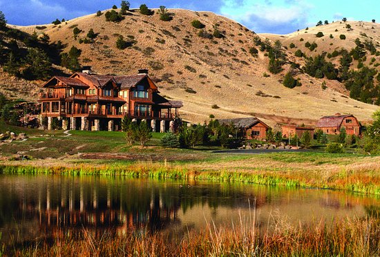 Grey Cliffs Ranch: Lodge and pond