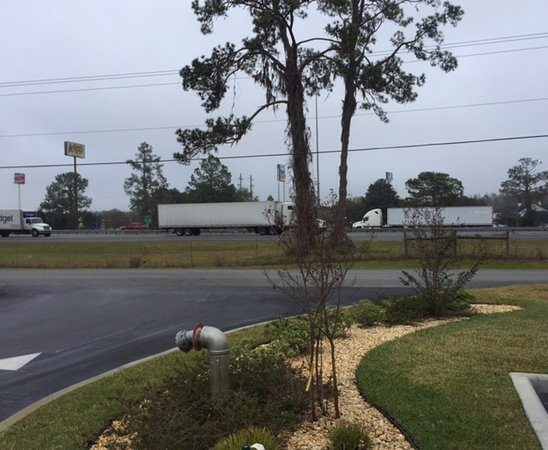 Lake City, FL: Interstate 75 as viewed from front of Home2 Suites. (Lots of noise.)