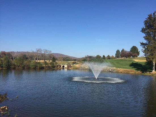 Keswick Hall: Beautiful fountains on the golf course
