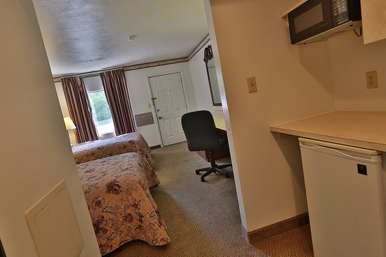 Nittany Budget Motel: Our Double rooms provide a spacious work area as well as a flat screen television and mini-fridg