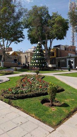 Plaza de Armas: Adornado con el arbol navideño (es Diciembre)