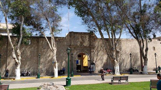 Plaza de Armas: La Fachada de la antigua catedral destruida por el terremoto