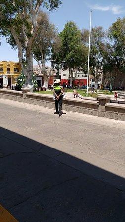 Plaza de Armas: La tranquilidad de la Plaza, una sola policia vigilando la plaza y el transito