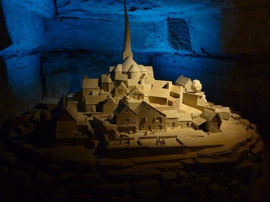 Pierre et Lumiere: a noter le clocher tord - la précision da la taille de pierre