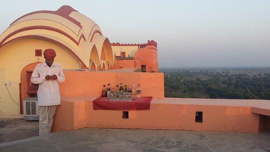 Bassi, India: Helpful staff member at the top deck