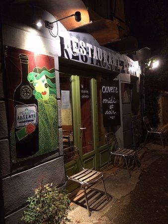 Mane, France: la façade du resto de nuit!