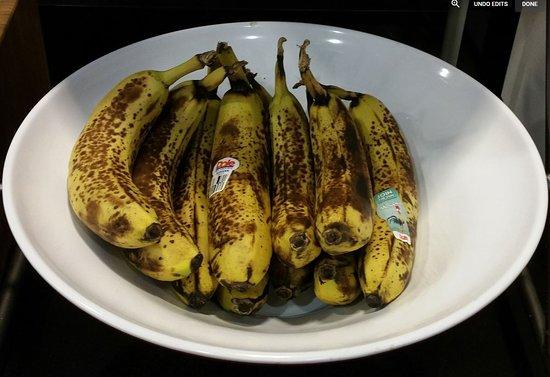 Strasburg, VA: Bananas served with breakfast buffet