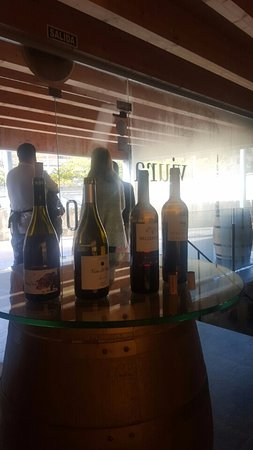 La Rioja, Spanien: Wines that we tasted and one of the winemakers in the back!