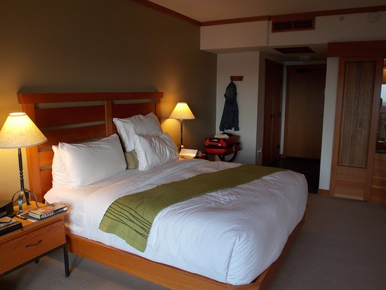 Wickaninnish Inn and The Pointe Restaurant: Our king-size bed