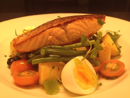 ‪‪Grain & Grill Restaurant - Maldron Hotel Belfast International Airport‬: Salmon Nicoise ‬