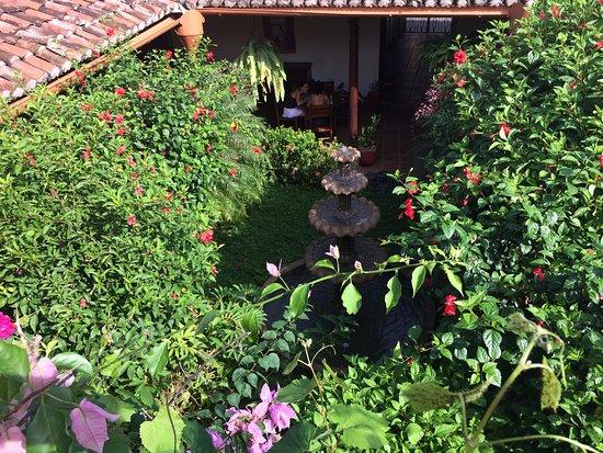 Hotel La Posada del Sol: Fuente en el jardín