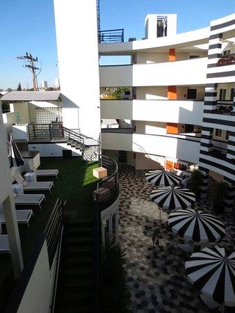 The Carlyle Inn: Hotel courtyard