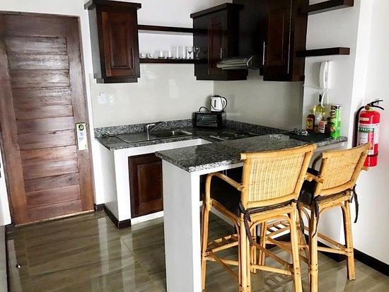 Sabang, Filippinene: Room 8, kitchen and dining.