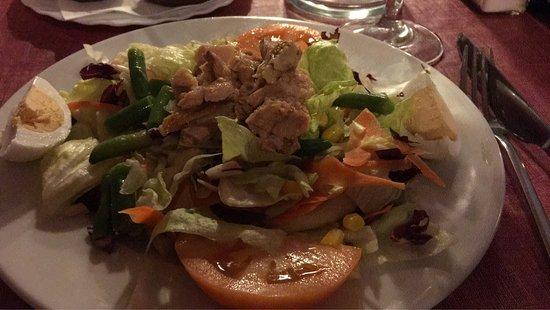Cala Murada, España: Menue für 16,50 Euro: Oliven und Brot, Wein, Thunfischsalat und Rumpsteak, Nachtisch. Schmackhaf