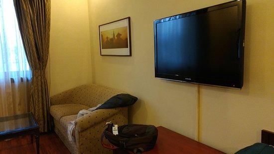 Crowne Plaza Kathmandu-Soaltee: Sofa & TV