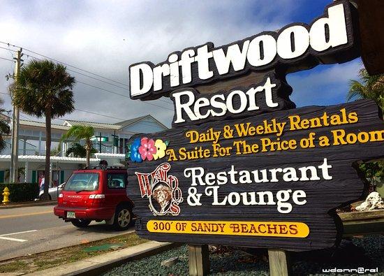 Driftwood Resort: Entrée de l'hôtel sur la rue principale de Vero Beach