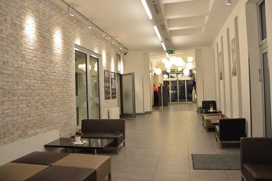 Adeba Hotel: l'accoglienza l'entrata al bar