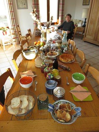 La Combe Fleurie: La table du petit déjeuner