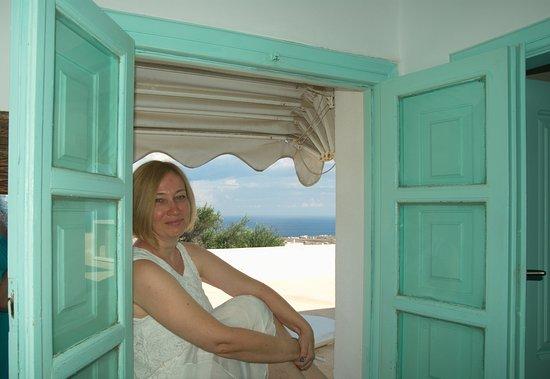 The Museum Spa Wellness Santorini Hotel: Вид из окошка люкса для новобрачных № 18