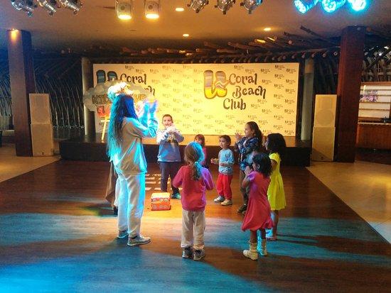 U Coral Beach Club Eilat: צוות הבידור קידס קלאב עם הילדים