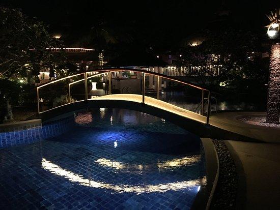 แมงโกสตีนรีสอร์ทแอนด์อยูวีด้าสปา: Pool area in the evening.