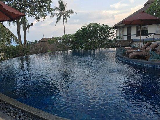 แมงโกสตีนรีสอร์ทแอนด์อยูวีด้าสปา: Infinity pool overlooking Chalong Bay.
