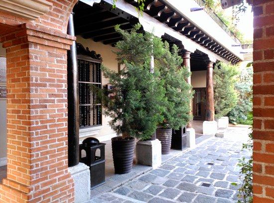 Camino Real Antigua: Patios en cuyo alrededor se disponen las habitaciones. Todas a nivel de la calle