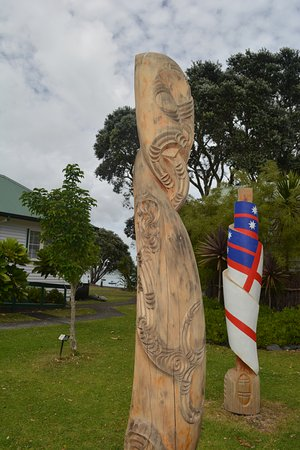 Russell Museum: Carvings outside the Museum