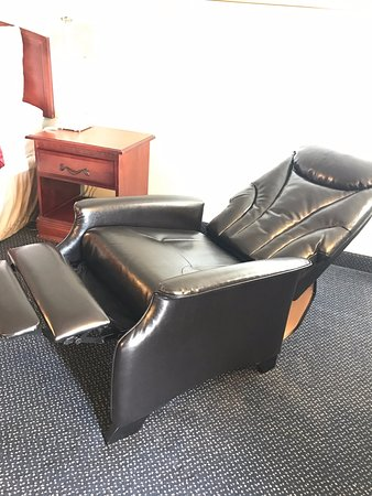 Muskogee, OK: New Fully Reclining Leather Chairs in King Rooms