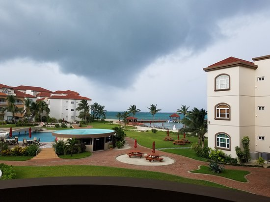 Grand Caribe Belize Resort and Condominiums: Stormy weather and clear night