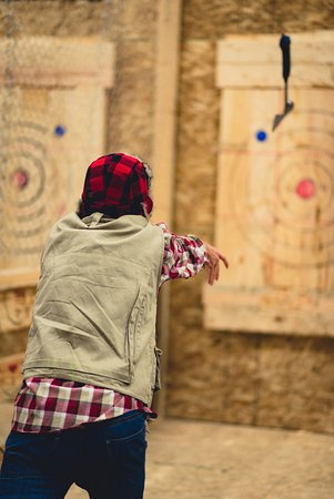 Surrey, Canadá: Axe Throwing Lumberjack Style