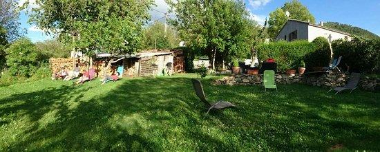Haute-Corse, Francia: espace detente dans un jardin arbore du refuge