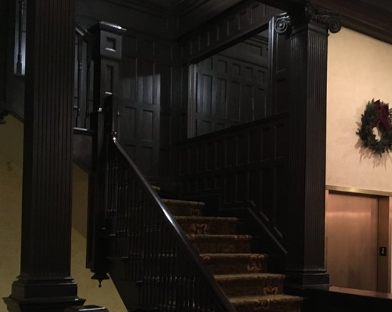 Geiser Grand Hotel: Wooden staircase alongside elevator.