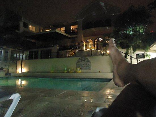 San Ignacio Resort Hotel: Poolside in the evening! Oh, you betta Belize it!