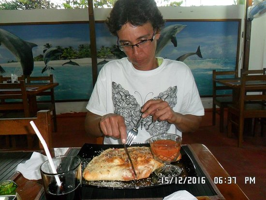 Restaurante & Pizza Los Delfines: the Calzone was very tasty as my sister and I can attest to this it was so huge we had to share