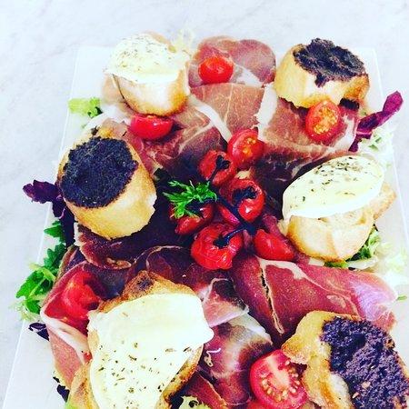 La Mezzanine : Salade saint Marcelin tapenade jambon cru