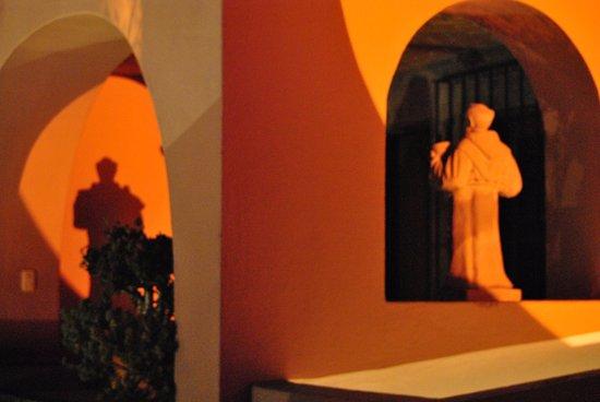 Casa Rosada Hotel: Decoración de los jardines del hotel