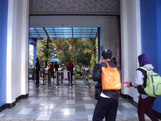 Pintu Masuk Ke Obyek Wisata Owabong Yang Alami Sejuk Segar Photo