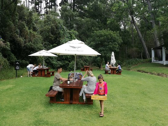 Constantia, Sudáfrica: Picnic tables at Eagle's Nest
