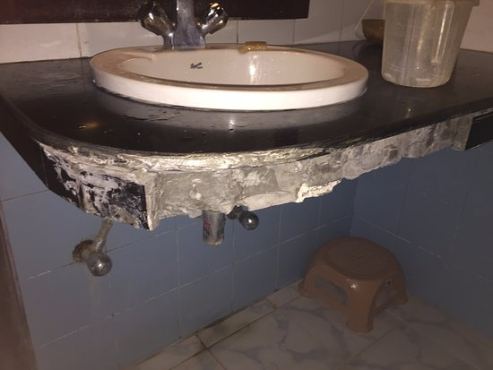 Silver Sand Beach Resort: Broken bathroom
