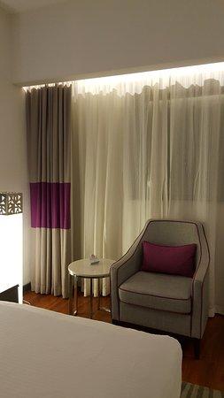 โรงแรมฟลอร่าแกรนด์: the sofa in the room