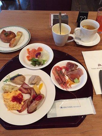 ホテル日航金沢, シングルで泊まりだったのにツインのお部屋に〜…とてもいい朝を迎えて朝食も沢山いただきました。