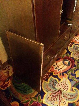 Sunrise Inn: Broken door just left in room
