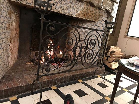 La chemin e au feu de bois du salon tr s agr able en hiver la suite bonita - Cheminee feu de bois insert ...