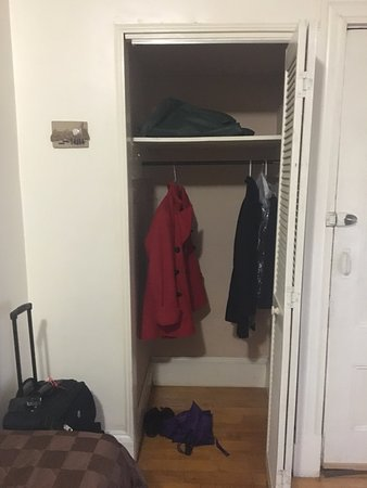 Abercrombie's Farrington Inn: Closet in the room