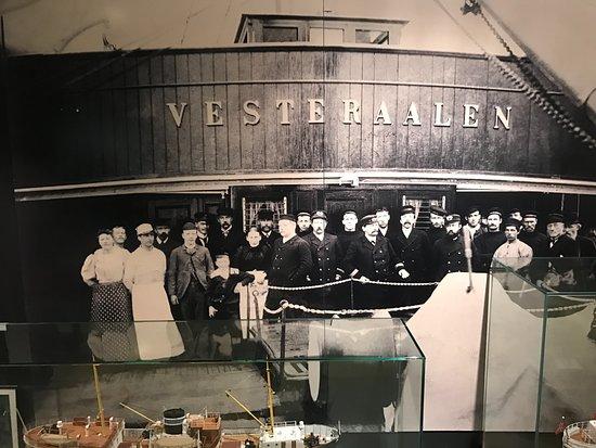 Stokmarknes, Noruega: De eerste boot van de Hurtigruten