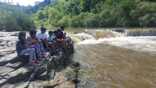 Waterval Boven, Republika Południowej Afryki: Kids enjoying the calm serenity of nature and the sounds of the water