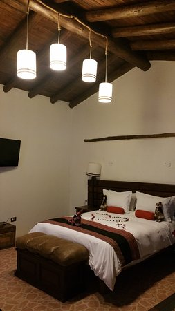 Hotel La Cabana Machu Picchu: Welcoming presentation with a heart on the bed. High ceilings. Very comfortable.